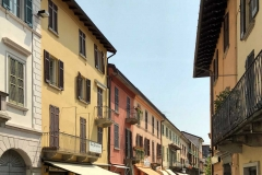 Laveno-strada-via-Labiena-case-colorate-dehors