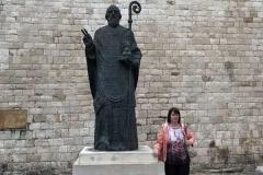 bari-statua-di-san-nicola-e-turista-russa-in-posa