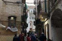 bari-vecchia-persone-ferme-in-strada-del-carmine-davanti-alla-cattedrale