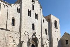 basilica-di-san-nicola-di-bari-facciata-romanica-e-piazza