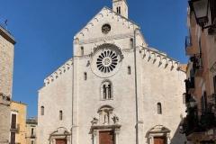 cattedrale-di-bari-vista-dalla-piazza-facciata-romanica-rosone-e-tre-portali