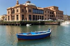 porto-vecchio-di-bari-barca-blu-nel-mare-davanti-al-teatro-margherita