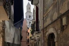 via-di-bari-vecchia-con-il-campanile-della-cattedrale-tra-le-case