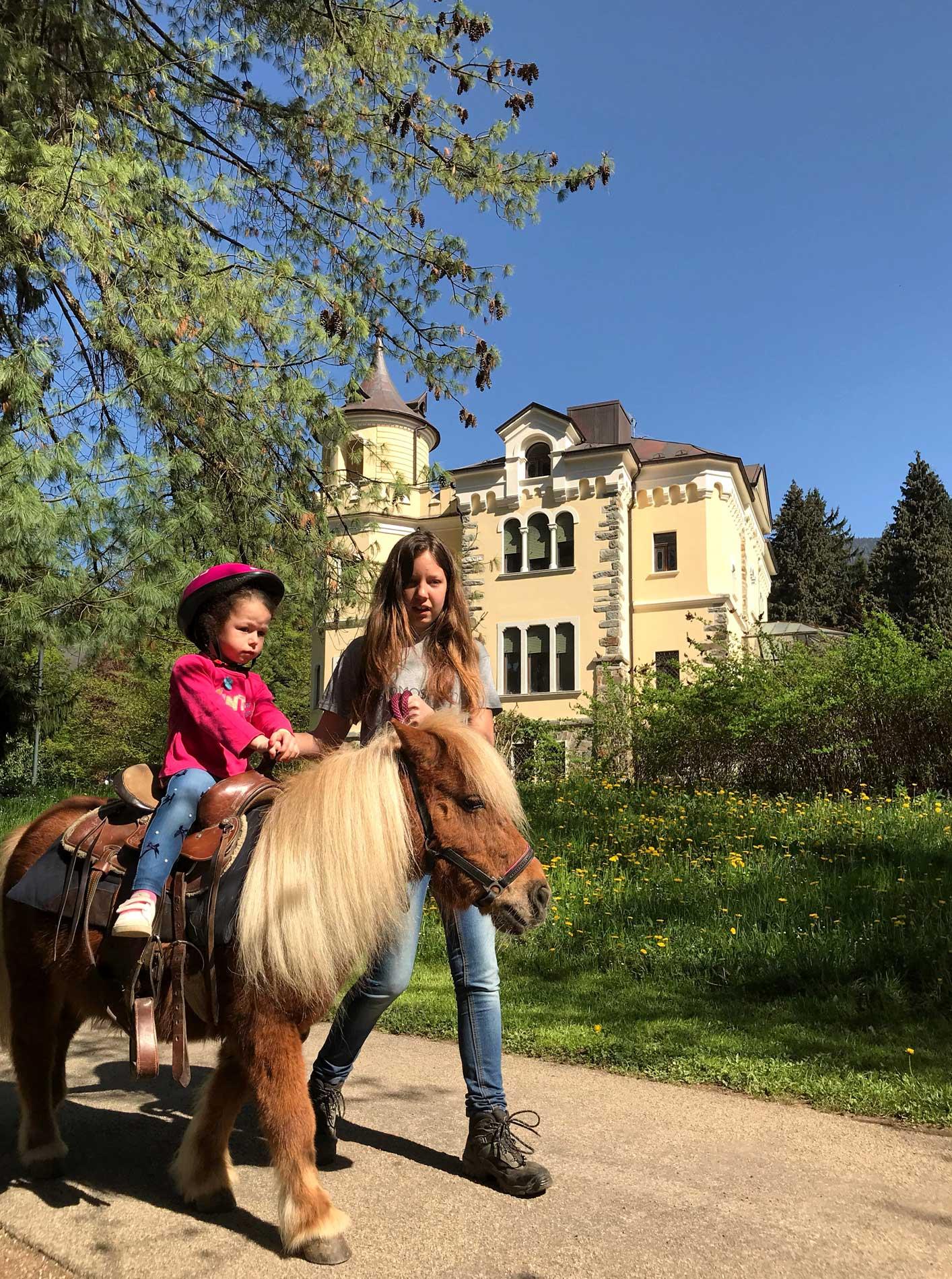 Parco-delle-Terme-Levico-Valsugana-Ortinparco-bambina-pony