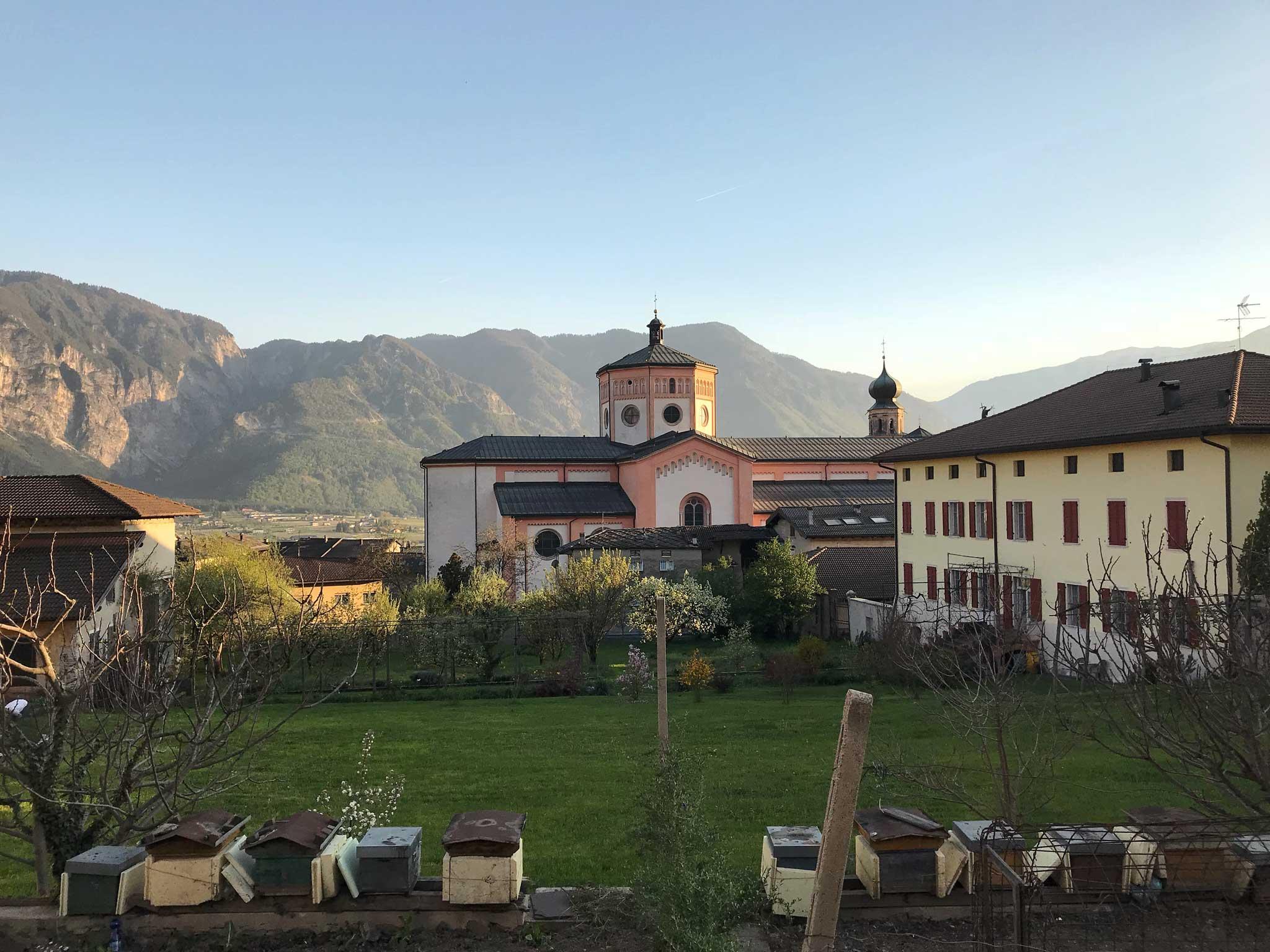 Levico-Terme-Valsugana-chiesa-panorama-montagne
