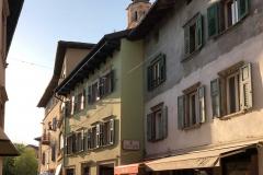 Levico-Terme-Valsugana-via-centro-storico-gente-tramonto