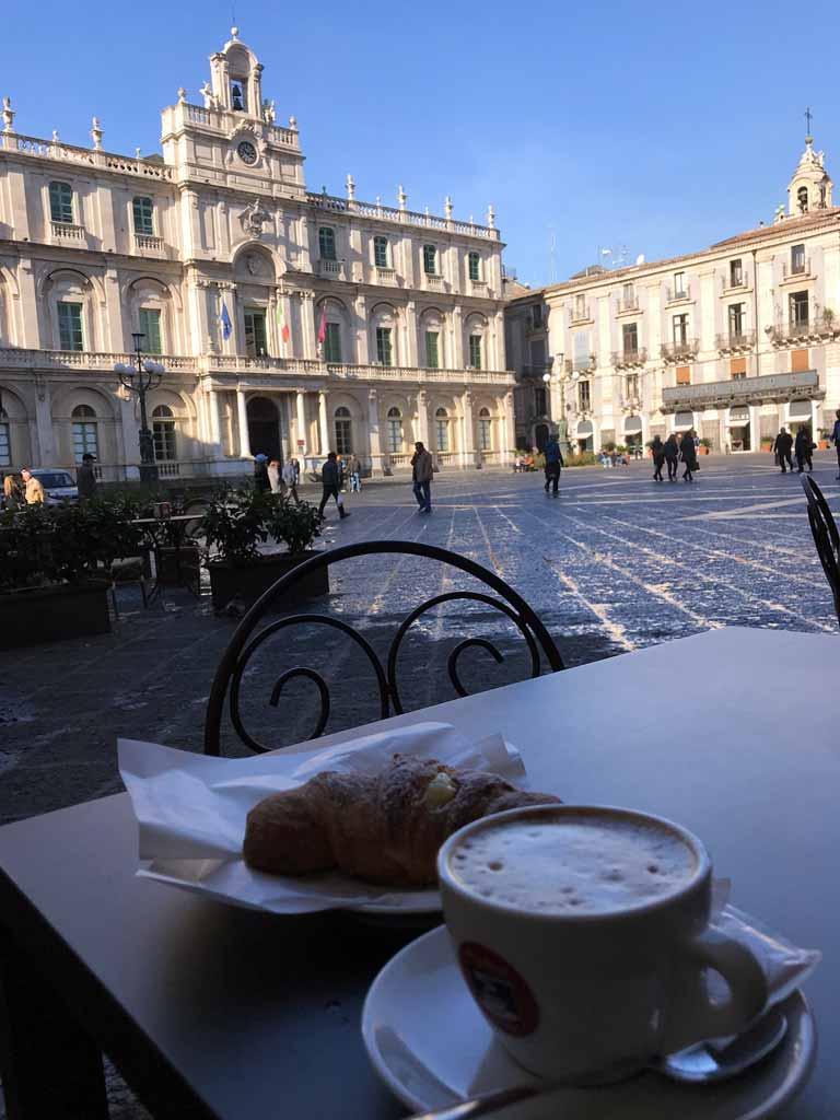 piazza-delluniversita-catania-cappuccino-e-cornetto-al-tavolo