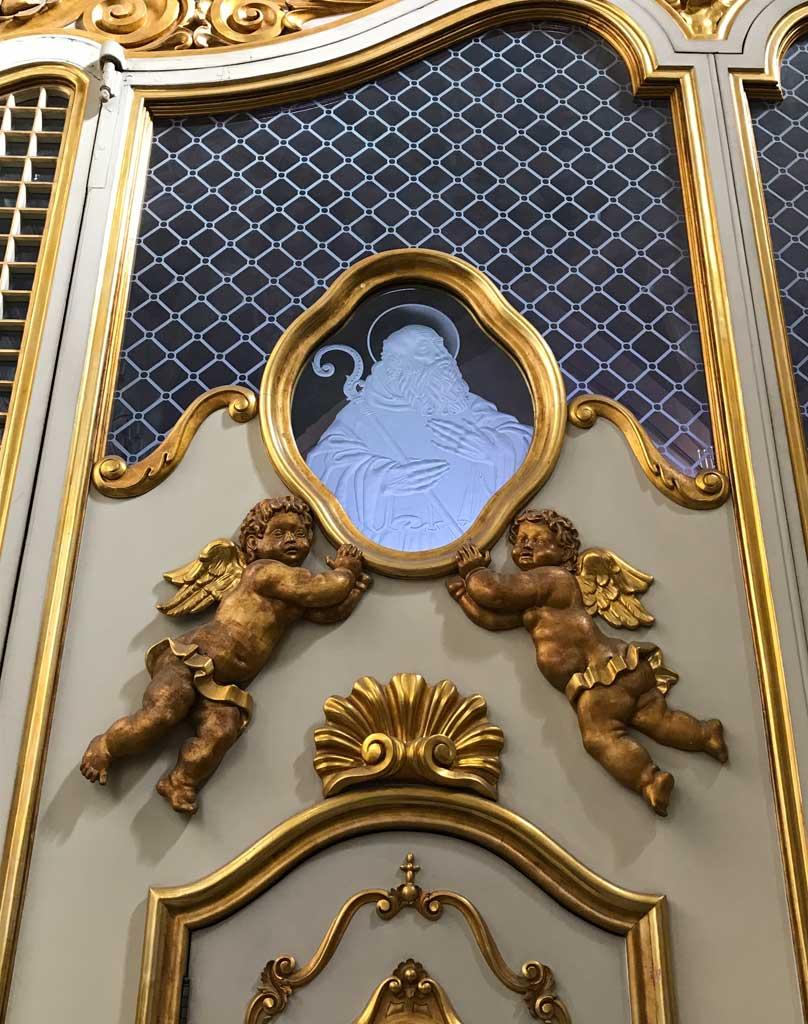 sito-storico-di-san-benedetto-catania-porta-della-chiesa-vetro-immagine-san-benedetto