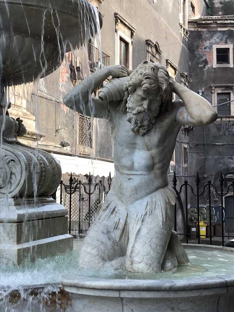 fontana-dellamenano-piazza-del-duomo-catania-statua-marmo-bianco
