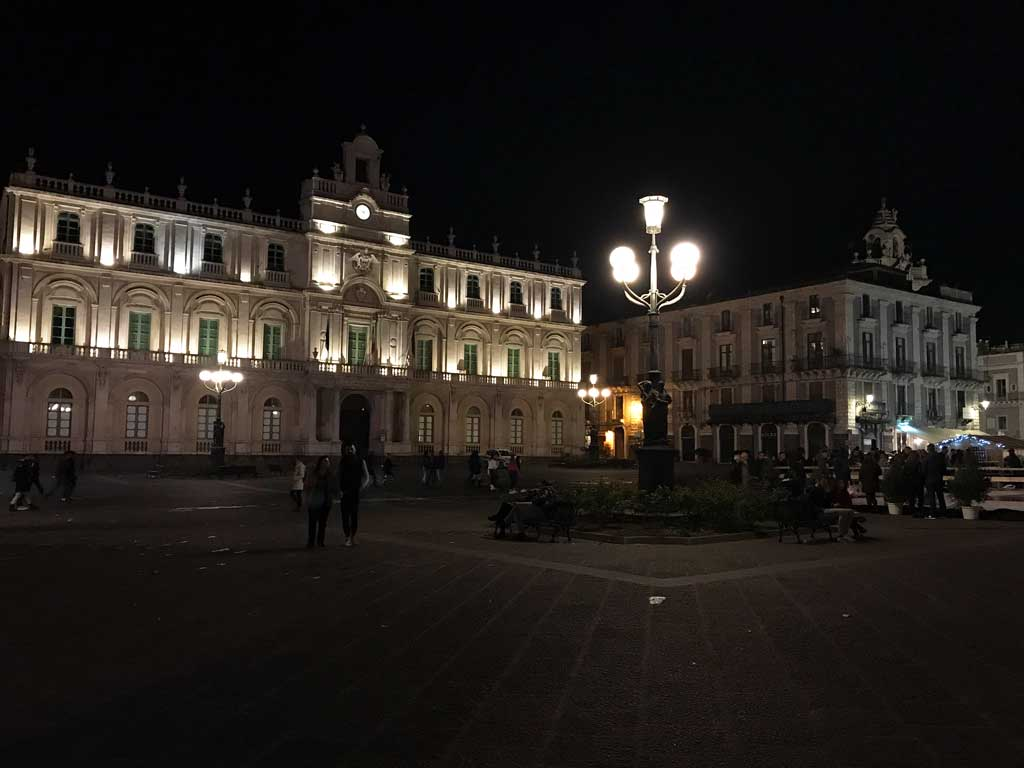 piazza-delluniversita-catania-palazzo-delluniversita-di-notte-luci