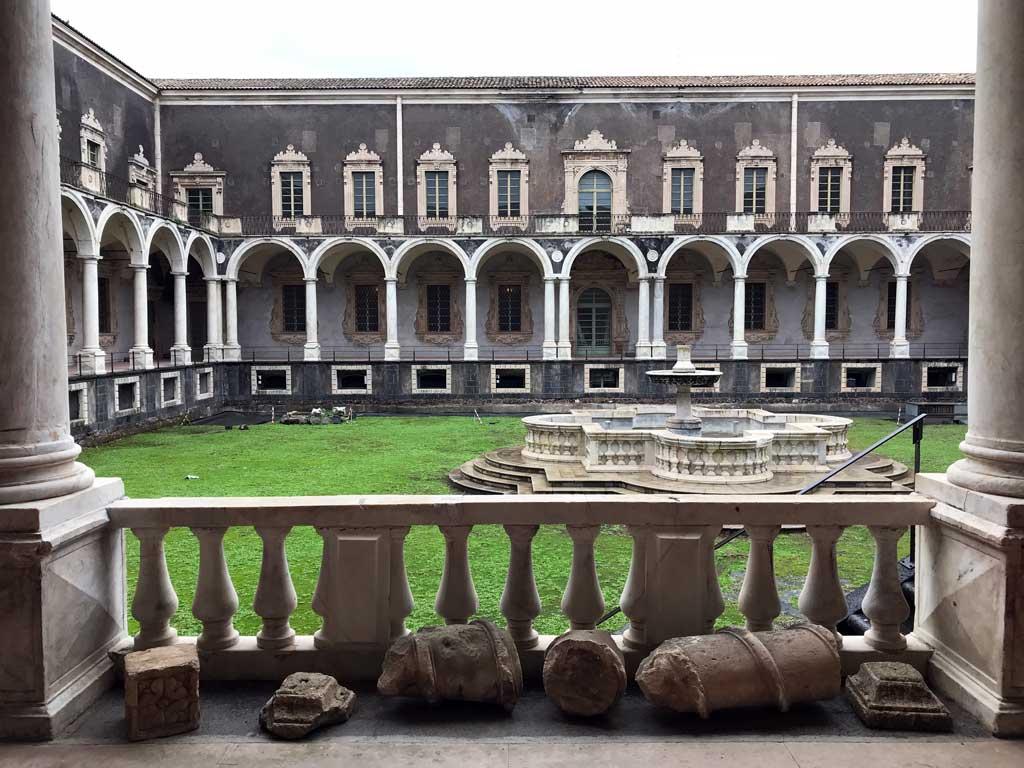 ex-monastero-dei-benedettini-di-catania-chiostro-di-ponente-fontana-resti