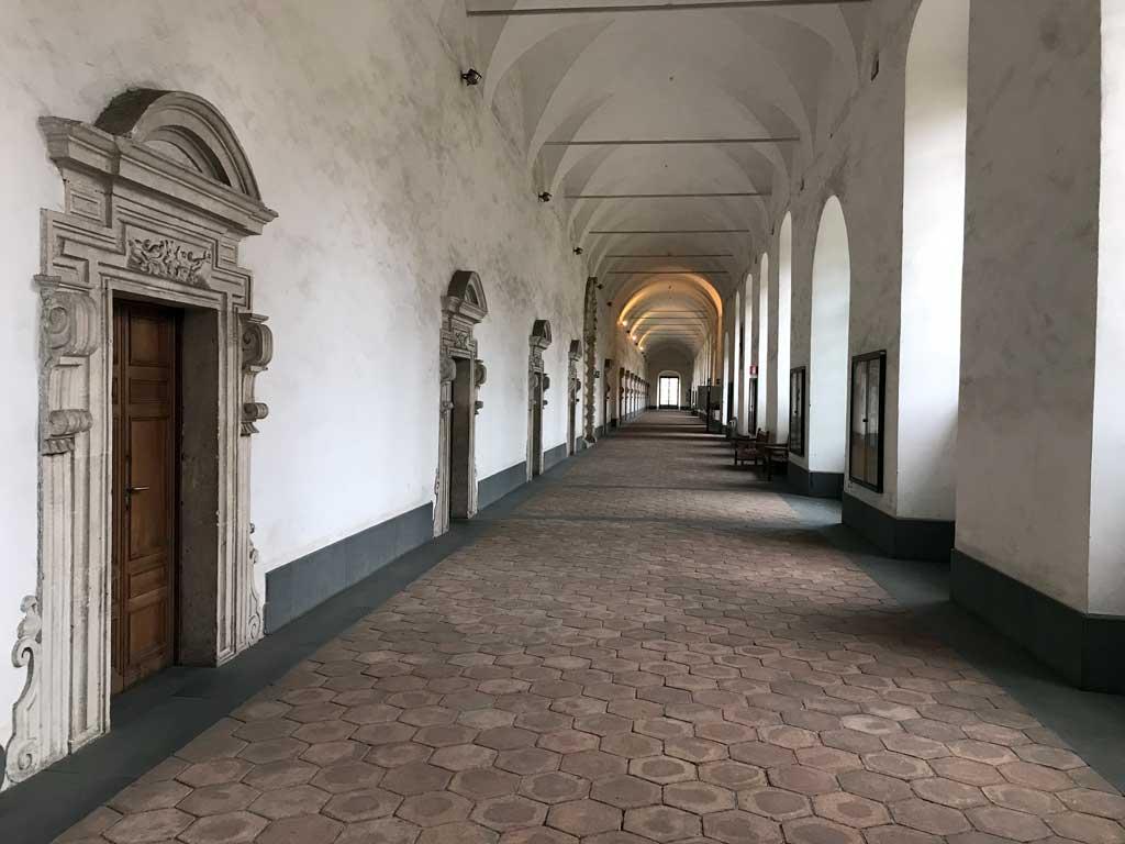 monastero-dei-benedettini-di-catania-corridoio-con-tante-porte