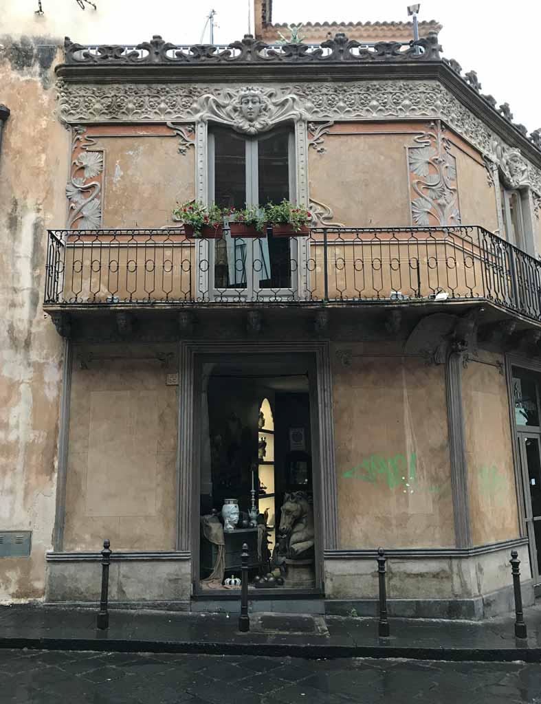 catania-sicilia-vetrina-negozio-sculture-terrazzo