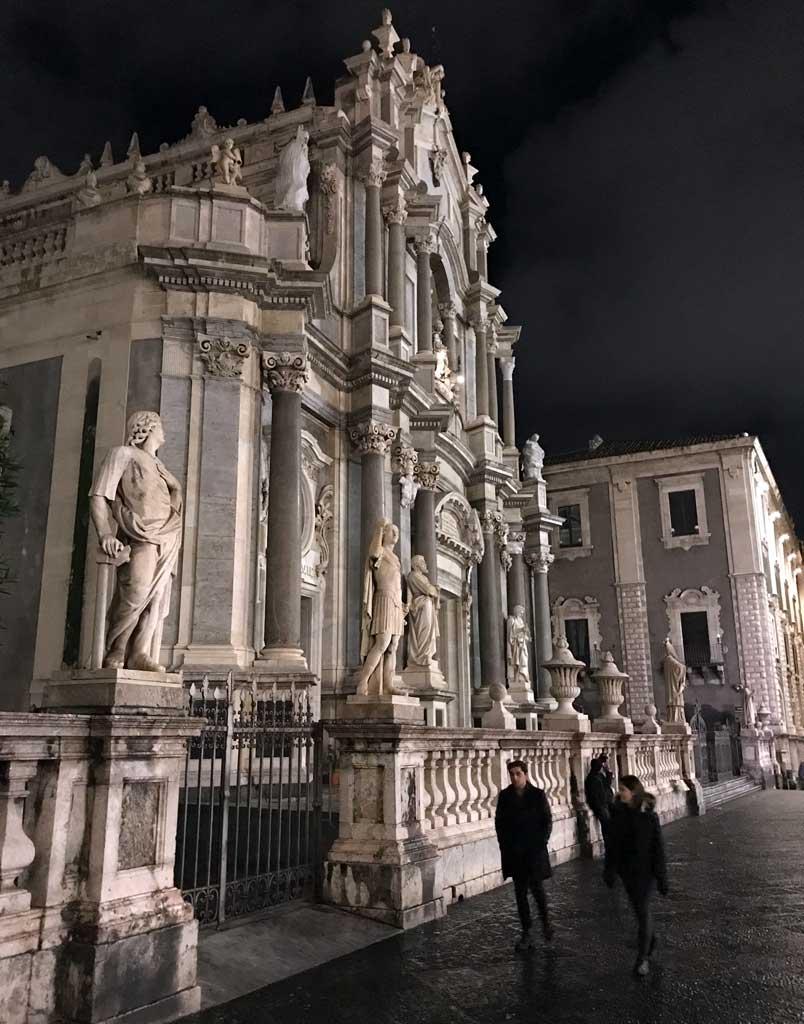 facciata-della-cattedrale-di-santagata-di-notte