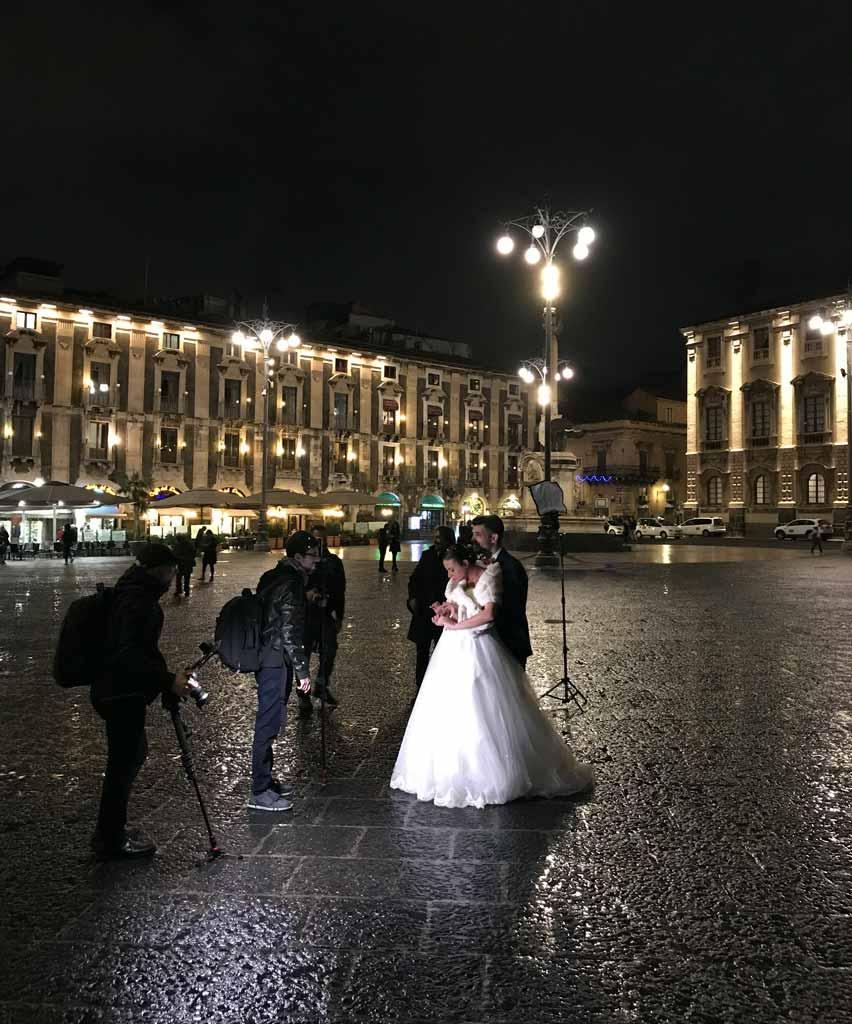 piazza-del-duomo-a-catania-di-notte-due-sposini-fanno-le-foto