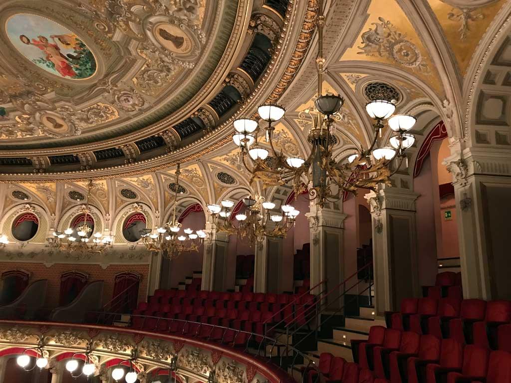 teatro-bellini-catania-seggiole-lampadari-decorazioni-stile-tardo-barocco
