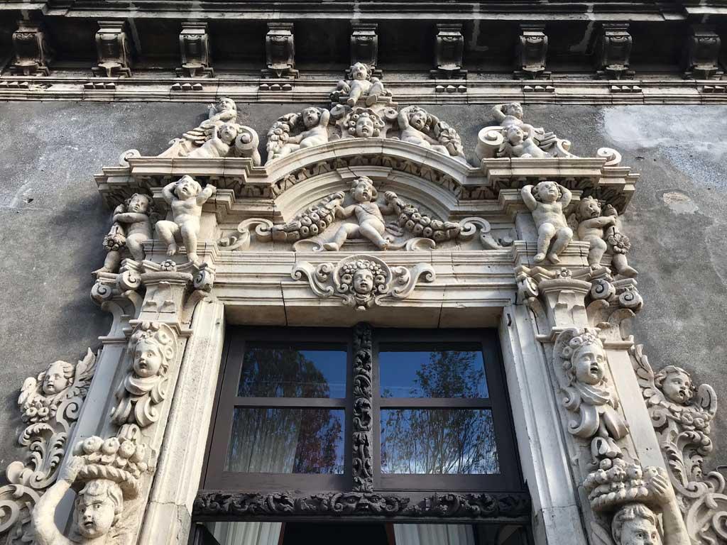 Palazzo-biscari-catania-finestrona-fronte-mare-decorazioni-barocche-antonino-amato