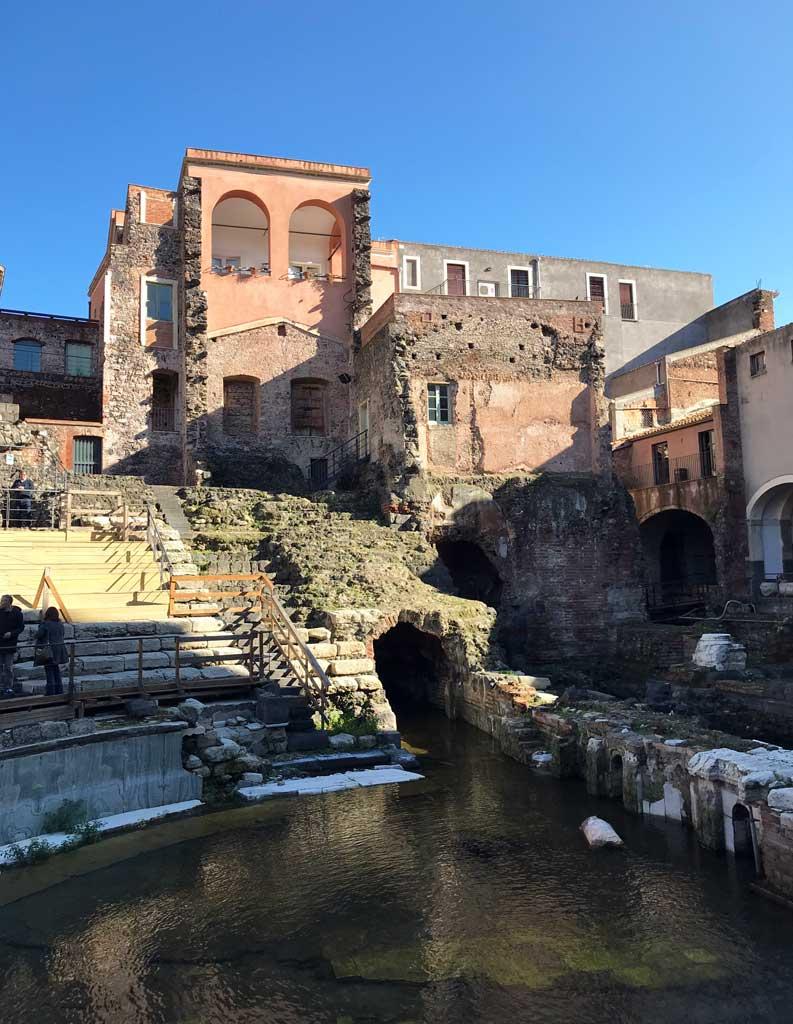teatro-romano-di-catania-case-aggrappate-al-teatro-casa-pandolfi