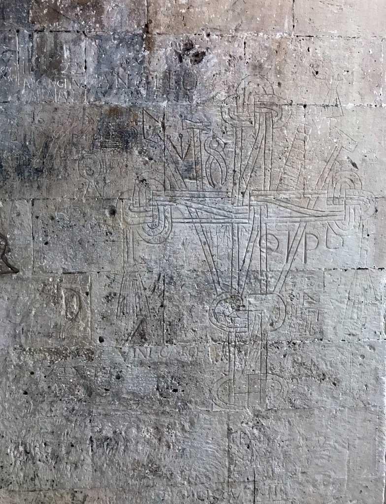 castello-ursino-catania-cortile-interno-scritte-dei-soldati-sul-muro