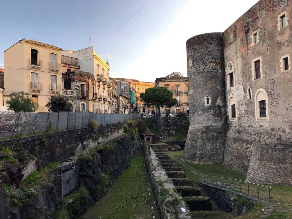 castello-ursino-catania-esterno-torrioni-circolari-fossato-case