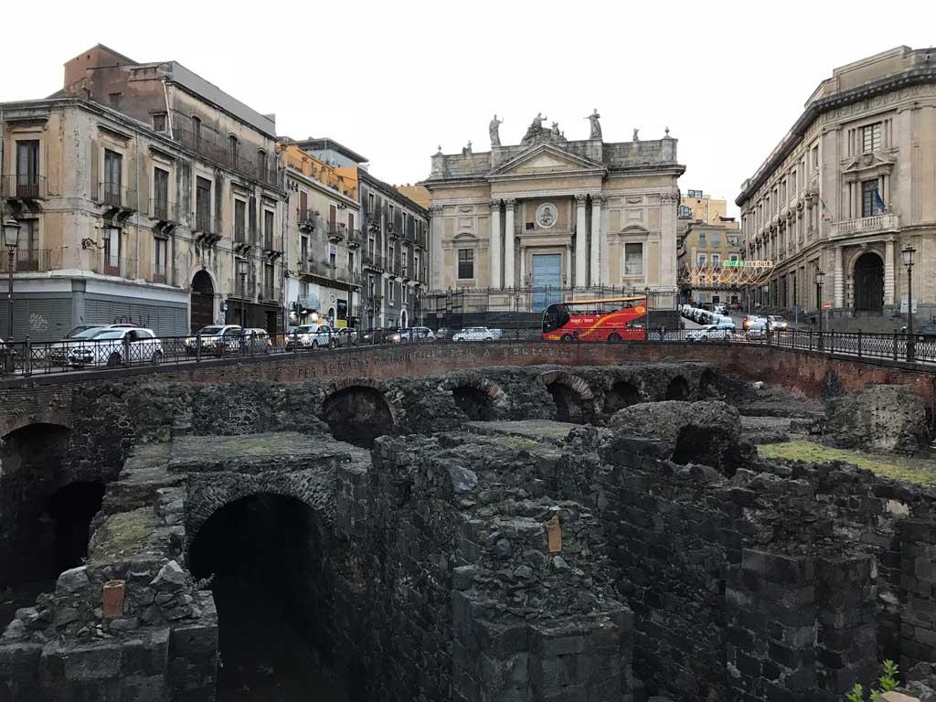 piazza-stesicoro-catania-rovine-anfiteatro-romano-palazzi-arcate-in-pietra-lavica