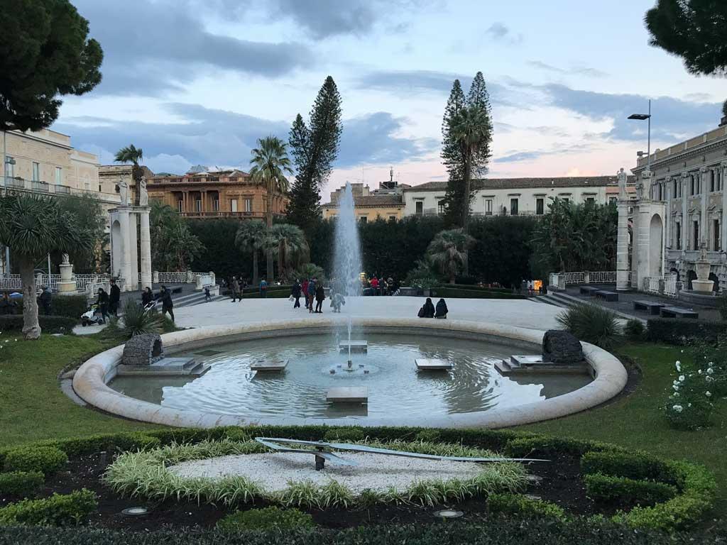 villa-bellini-catania-vista-del-giardino-con-aiuole-orologio-e-fontana