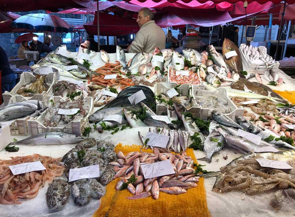 La-pescheria-catania-banco-con-pesci-e-molluschi