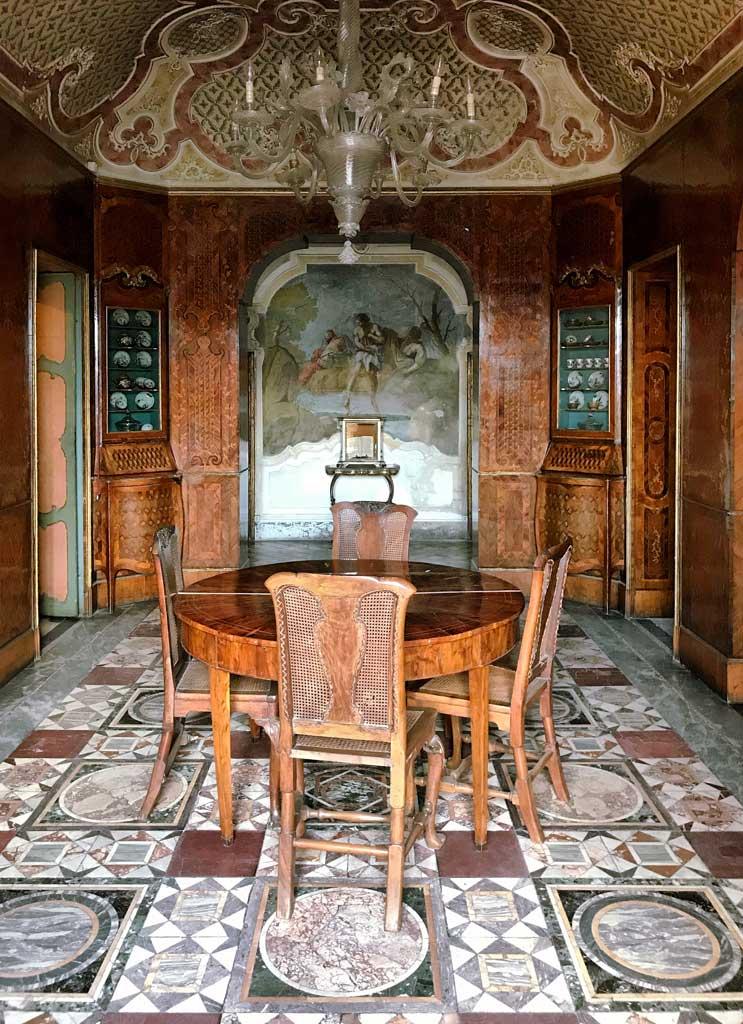 Palazzo-biscari-catania-budoir-pavimento-mosaico-romano-tavolo