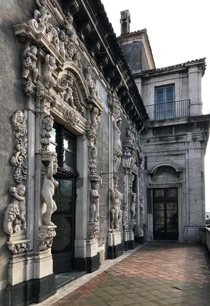 Palazzo-biscari-catania-terrazza-fronte-mare-decorazioni-barocche