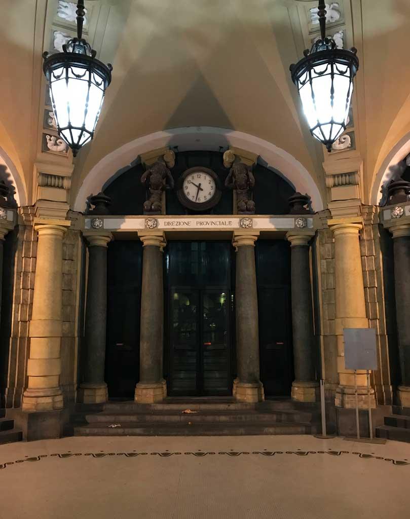 Palazzo-delle-poste-catania-via-etnea-stile-liberty- entrata-lampadari-orologio