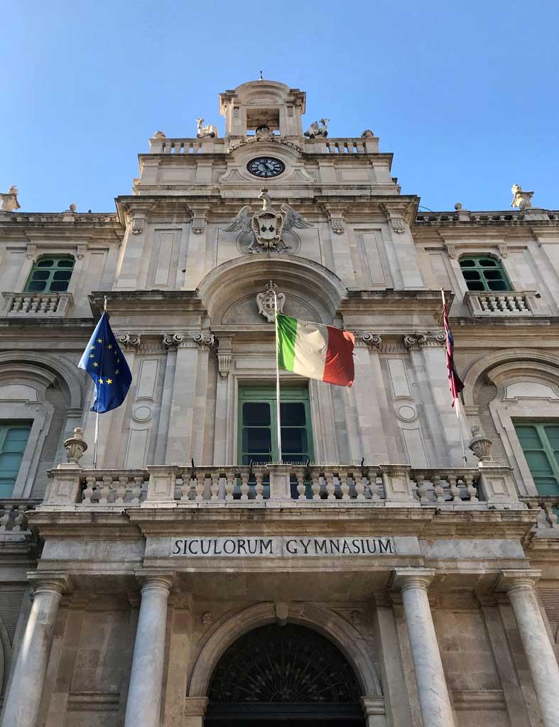 Palazzo-delluniversita-di-catania-facciata-su-piazza-delluniversita-bandiere