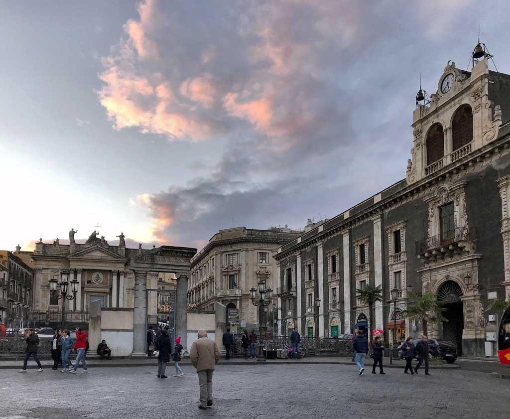 Piazza-stesicoro-catania-rovine-anfiteatro-romano-palazzi-cielo-con-nuvola