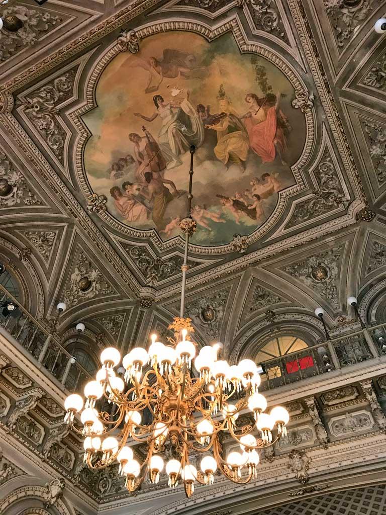 Teatro-bellini-catania-foyer-candelabro-e-soffitto