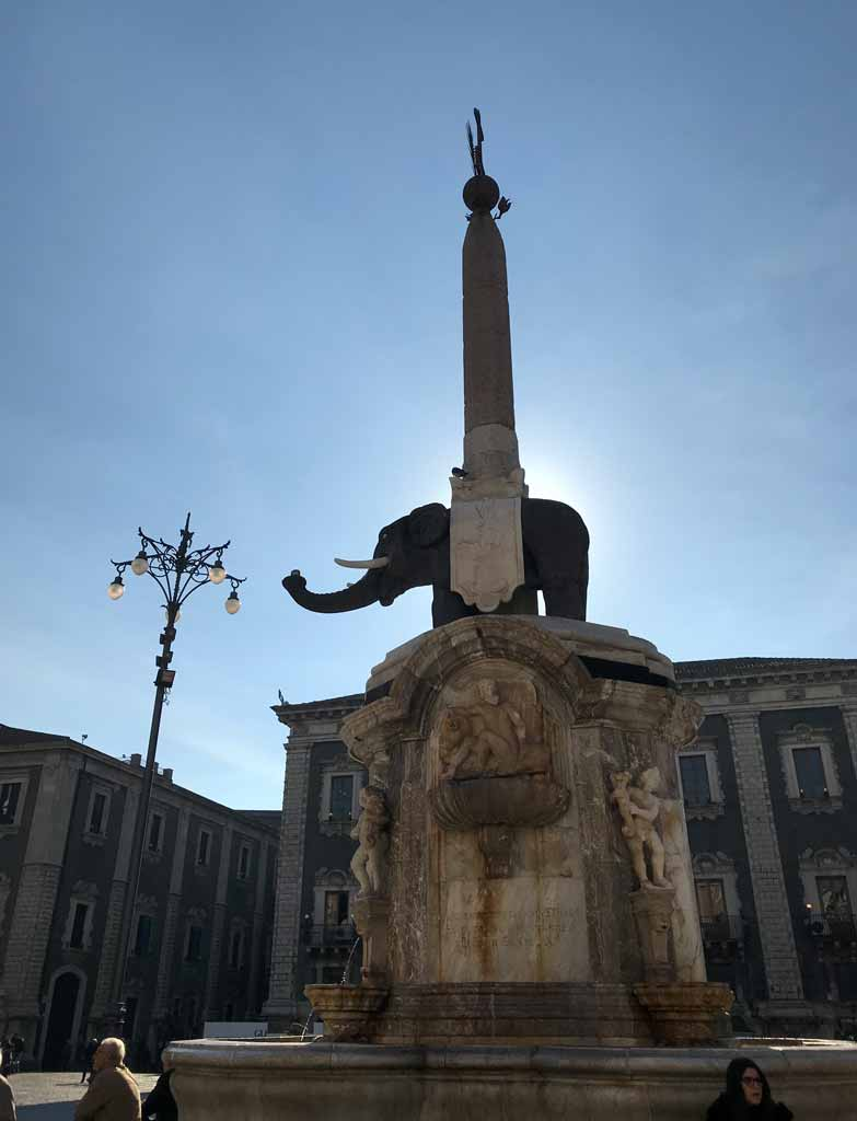 cosa-vedere-a-catania-fontana-dellelefante-piazza-del-duomo-vaccarini