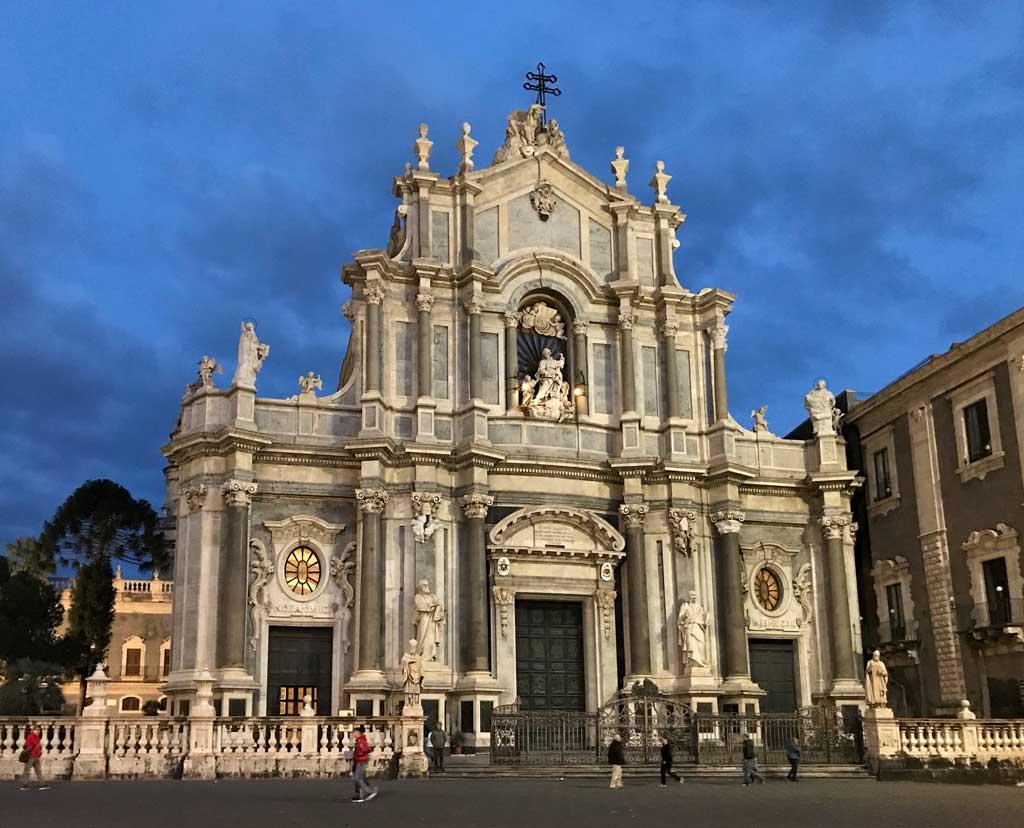 facciata-della-cattedrale-di-santagata-catania-blue-hour