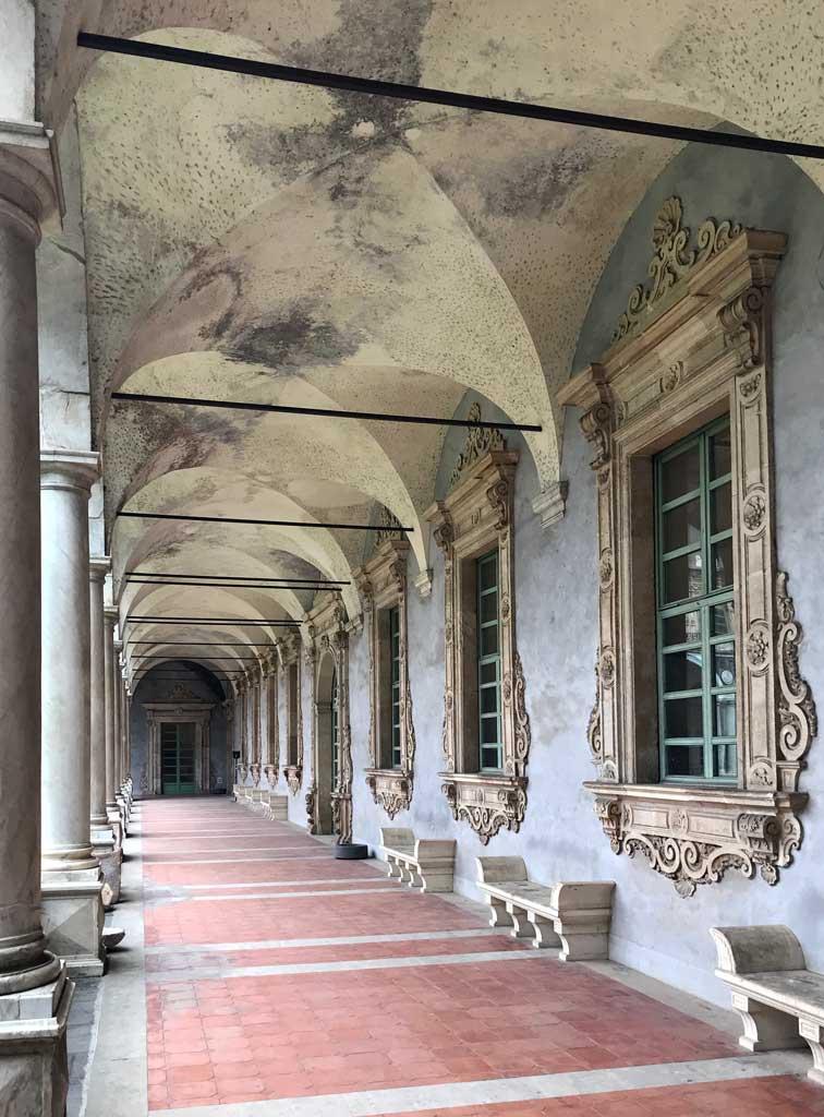 monastero-dei-benedettini-di-catania-corridoio-finestroni-barocchi-cortile-di-levante