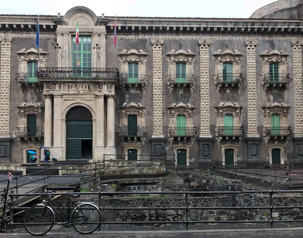 monastero-dei-benedettini-di-catania-facciata-barocca-ingresso-bicicletta