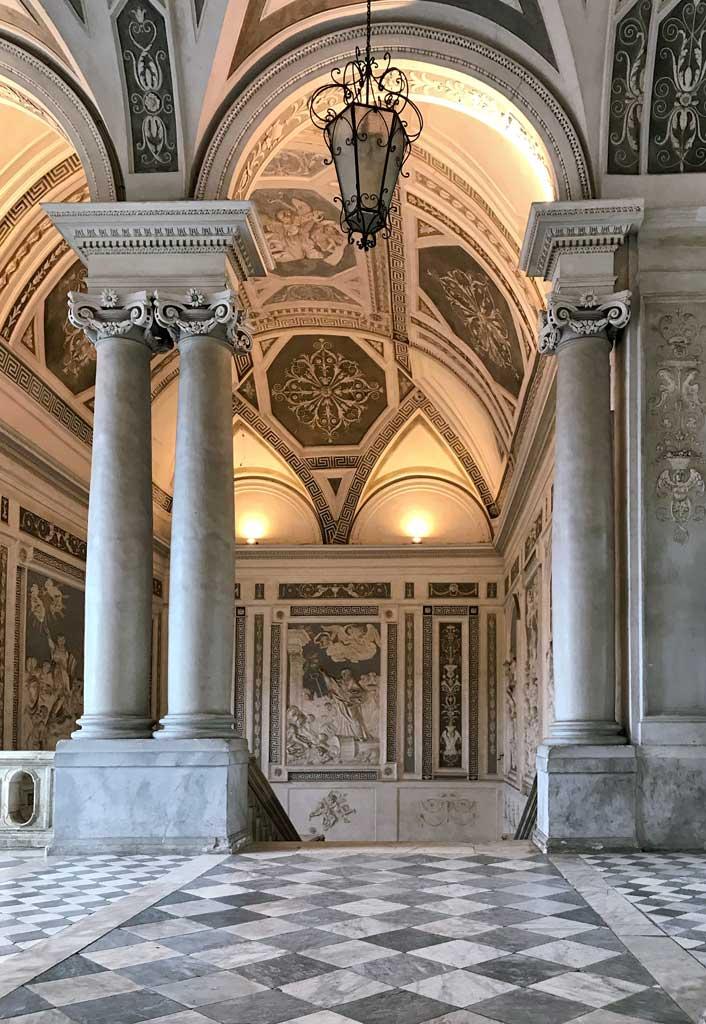 monastero-dei-benedettini-di-catania-scalone-monumentale-pavimento-a-quadri-banchi-e-neri