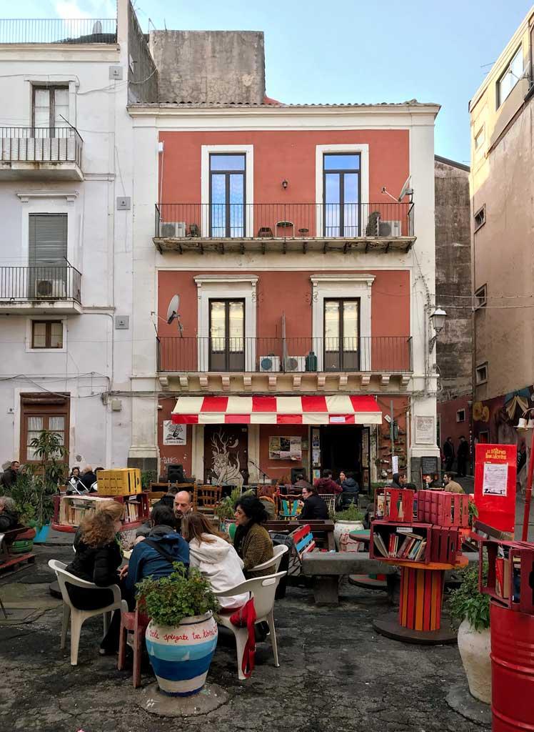 piazza-federico-di-svevia-catania-zona-castello-ursino-gente-che-mangia-per-strada