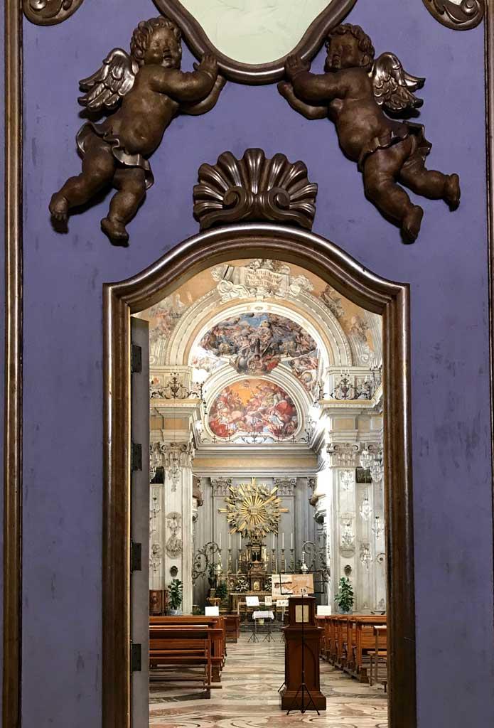 sito-storico-di-san-benedetto-vista-della-chiesa-attraverso-la-porta