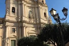 chiesa-di-san-francesco-dassisi-catania-piante-esotiche-lampione