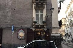 via-garibaldi-catania-negozio-insegna-pupo-siciliano-finestra-piante-grasse