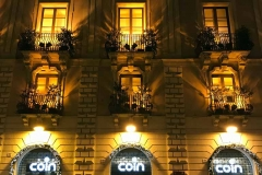 palazzo-della-via-etnea-di-catania-di-notte-coin-luci-gialle