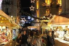 via-etnea-catania-mercatini-di-natale-luci-addobbi-decorazioni-persone