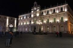 piazza-delluniversita-di-catania-palazzo-delluniversita-di-notte-luci-dei-lampioni