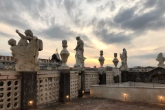 badia-santagata-terrazzo-sopra-al-timpano-statue-tramonto-nuvole