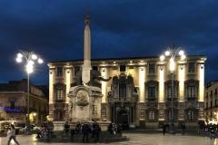 piazza-del-duomo-di-catania-con-la-statua-dellelefante-durante-lora-blu