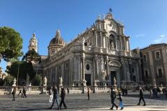 piazza-del-duomo-di-catania-gente-che-passeggia-davanti-alla-cattedrale-di-santagata