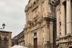 via-crociferi-catania-chiese-barocche-tavolini-di-un-bar