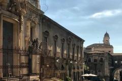 via-crociferi-catania-uomo-che-passa-davanti-alla-chiesa-di-san-giuliano